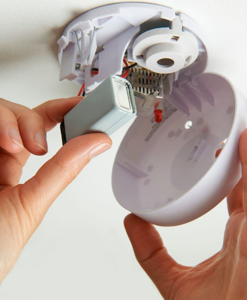 replacing bettery in smoke alarm